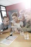 Groupe d'amis dans un snack-bar websurfing Image libre de droits