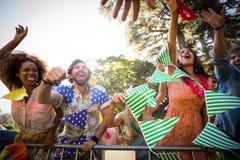 Groupe d'amis dansant au festival de musique Photo stock