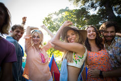 Groupe d'amis dansant au festival de musique Photographie stock