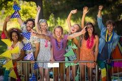 Groupe d'amis dansant au festival de musique Photos libres de droits