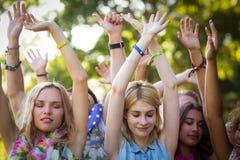 Groupe d'amis dansant au festival de musique Photo libre de droits