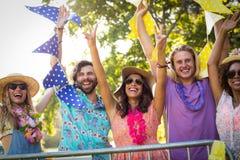 Groupe d'amis dansant au festival de musique Image libre de droits
