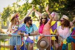 Groupe d'amis dansant au festival de musique Image stock