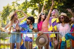 Groupe d'amis dansant au festival de musique Images libres de droits