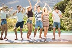 Groupe d'amis dansant au Poolside Images stock