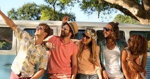 Groupe d'amis de hippie prenant un selfie clips vidéos