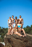 Groupe d'amis de l'adolescence sur la plage Photographie stock libre de droits