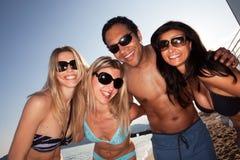 Groupe d'amis de plage Images stock