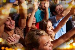 Groupe d'amis de sourire au concert dans le club Photographie stock