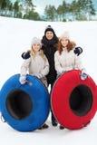 Groupe d'amis de sourire avec des tubes de neige Photos stock