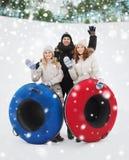 Groupe d'amis de sourire avec des tubes de neige Photo stock