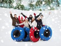 Groupe d'amis de sourire avec des tubes de neige Photo libre de droits