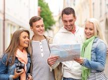 Groupe d'amis de sourire avec la carte et le photocamera Images stock