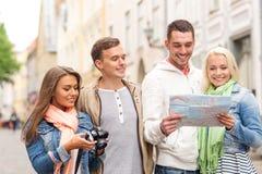 Groupe d'amis de sourire avec la carte et le photocamera Images libres de droits