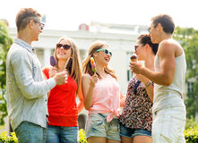 Groupe d'amis de sourire avec la crème glacée dehors Photo stock