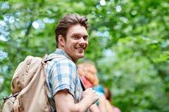 Groupe d'amis de sourire avec la hausse de sacs à dos Image libre de droits