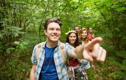Groupe d'amis de sourire avec la hausse de sacs à dos Photographie stock libre de droits
