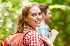 Groupe d'amis de sourire avec la hausse de sacs à dos Images stock