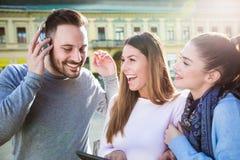 Groupe d'amis de sourire avec le comprimé numérique Photographie stock