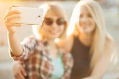 Groupe d'amis de sourire avec le smartphone photographiant et prenant le selfie Images stock