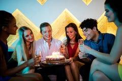 Groupe d'amis de sourire ayant un verre de champagne tout en célébrant l'anniversaire Photos libres de droits