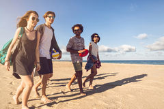 Groupe d'amis de sourire dans des lunettes de soleil Images libres de droits