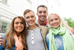 Groupe d'amis de sourire dans la ville Photographie stock libre de droits