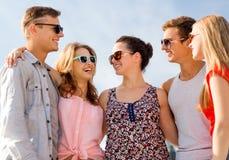 Groupe d'amis de sourire dans la ville Photo libre de droits