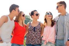 Groupe d'amis de sourire dans la ville Photographie stock