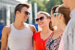 Groupe d'amis de sourire dans la ville Image stock