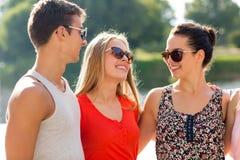 Groupe d'amis de sourire dans la ville Image libre de droits