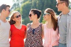Groupe d'amis de sourire dans la ville Photo stock