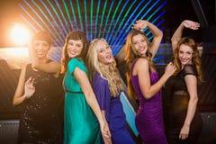 Groupe d'amis de sourire dansant sur la piste de danse Photographie stock libre de droits