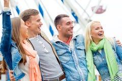 Groupe d'amis de sourire en parc d'attractions Photos libres de droits