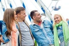 Groupe d'amis de sourire en parc d'attractions Photo stock