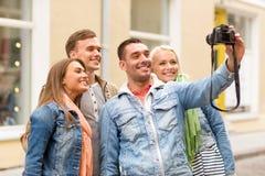 Groupe d'amis de sourire faisant le selfie dehors Photo libre de droits