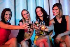 Groupe d'amis de sourire grillant le verre de champagne Image stock