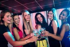 Groupe d'amis de sourire grillant le verre de champagne Image libre de droits
