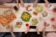 Groupe d'amis de sourire heureux avec des smartphones prenant la photo o Images stock