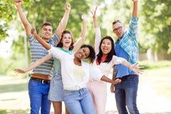 Groupe d'amis de sourire heureux ayant l'amusement dehors Image stock