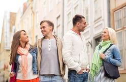 Groupe d'amis de sourire marchant dans la ville Photos libres de droits