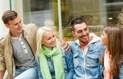 Groupe d'amis de sourire marchant dans la ville Photo libre de droits