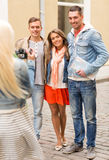 Groupe d'amis de sourire prenant la photo dehors Image stock