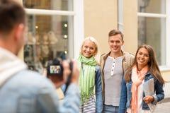 Groupe d'amis de sourire prenant la photo dehors Image libre de droits