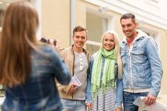 Groupe d'amis de sourire prenant la photo dehors Photographie stock libre de droits