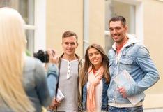 Groupe d'amis de sourire prenant la photo dehors Images libres de droits