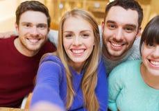 Groupe d'amis de sourire prenant le selfie Image stock