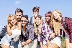 Groupe d'amis de sourire prenant le selfie Image libre de droits