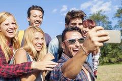 Groupe d'amis de sourire prenant le selfie Photos libres de droits