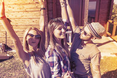 Groupe d'amis de sourire prenant le selfie drôle Images libres de droits